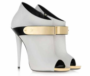 http://shoefessional.com/shoe-du-jour-9-02-13-giuseppe-zanotti-white-nappa-leather-gold-buckle-booties/